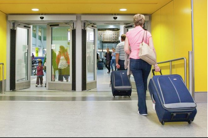 portas automáticas em aeroportos