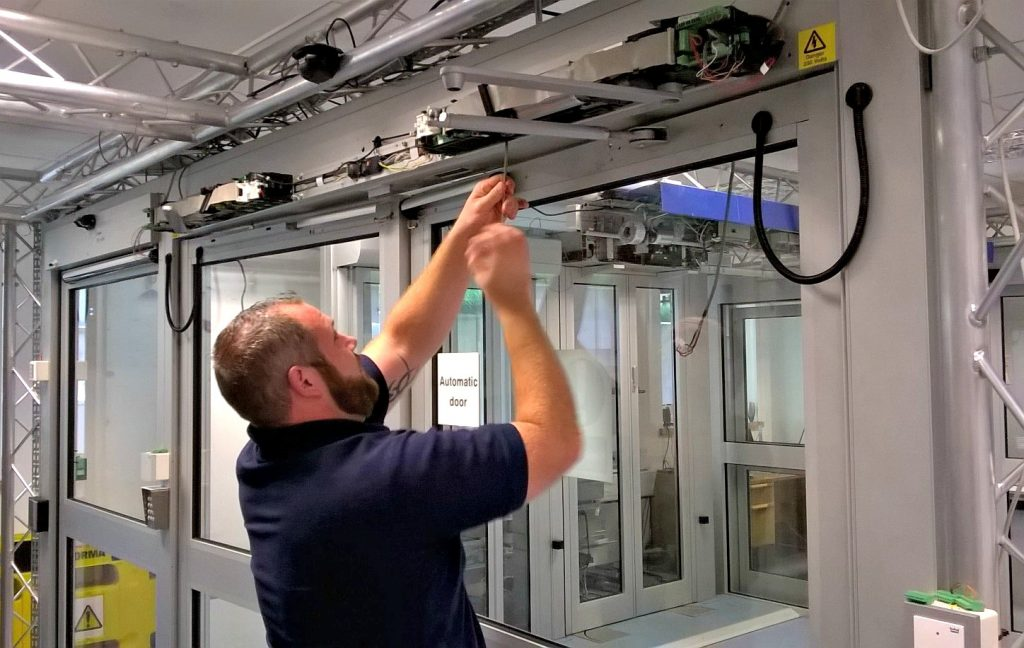 manutenção de porta automática de vidro