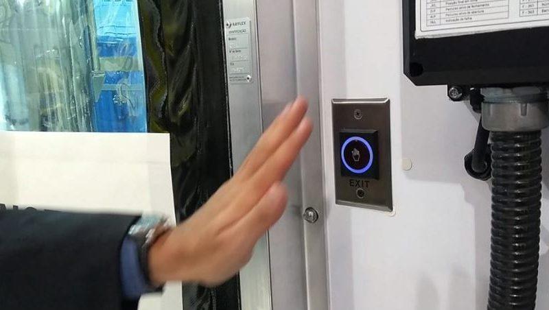 Abrir portas sem usar as mãos
